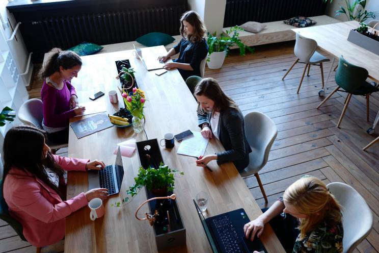 Co-working, um dos segmentos alternativos a estar no centro do debate / Photo by CoWomen on Unsplash