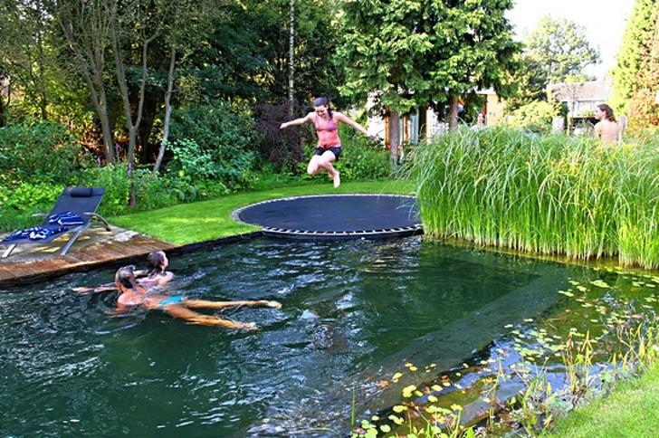 Um trampolim à beira da piscina