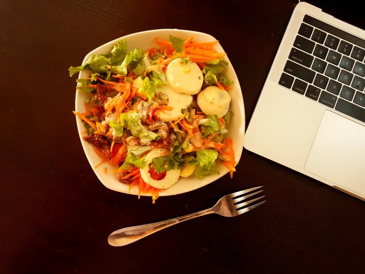 """Levar """"marmita"""" de casa para comer no trabalho é um dos hábitos que ficaram da crise / Photo by Alfred Rowe on Unsplash"""