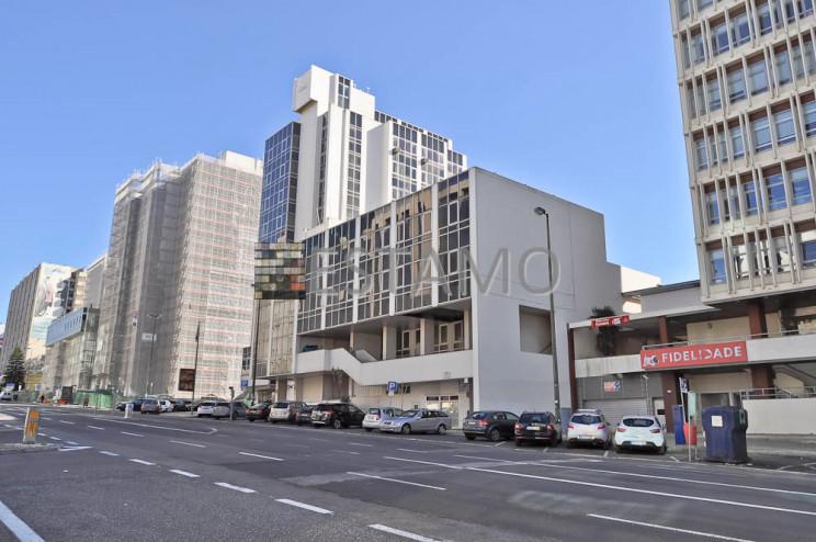 Edifício de escritórios e serviços na Av. José Malhoa 11, Lisboa. / Estamo