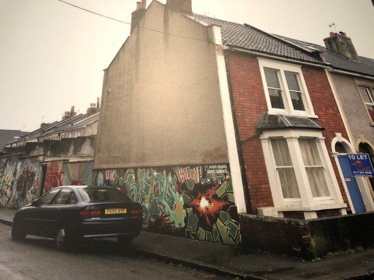 O antigo mural de Banksy em Bristol, Inglaterra / Everything is New/ banksyexhibition.pt