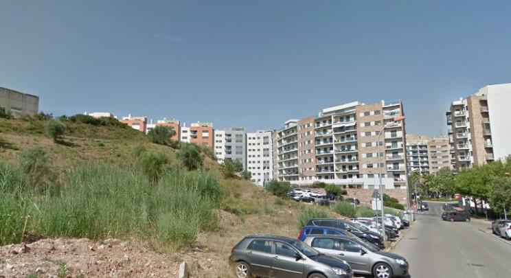 Na confluência da Rua Gama Pinto, Rua Francisco Sanches e próximo da Praça Cidade de Odivelas / Google Maps