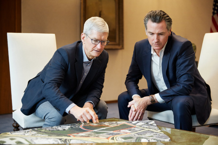 O presidente da Apple, Tim Cook, e o governador da Califórnia, Gavin Newsom / Apple
