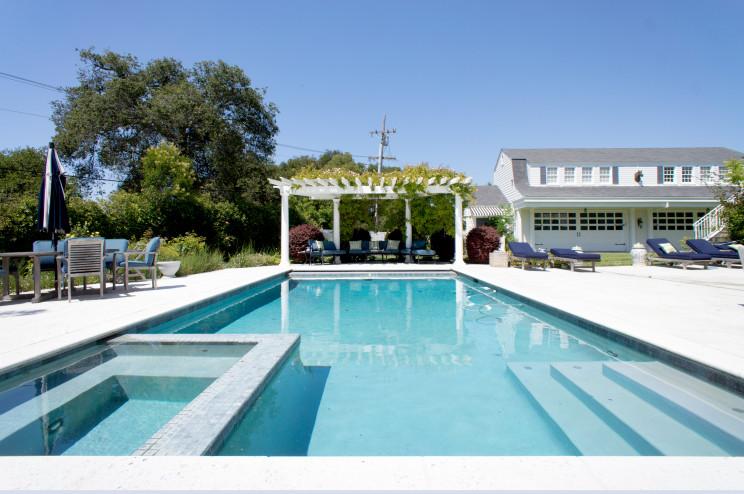Exterior da casa com piscina imensa