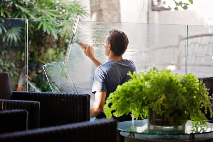 Limpar os vidros da casa mensalmente